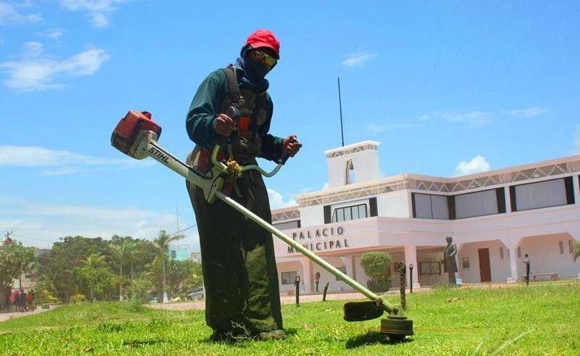Trabajadores del Ayuntamiento realizan labores de limpieza para la ceremonia de aniversario de Solidaridad. (Daniel Pacheco/SIPSE)