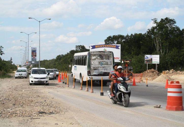 El tránsito se alenta en este tramo, que es entrada a una de las zonas más habitadas. (Octavio Martínez/SIPSE)