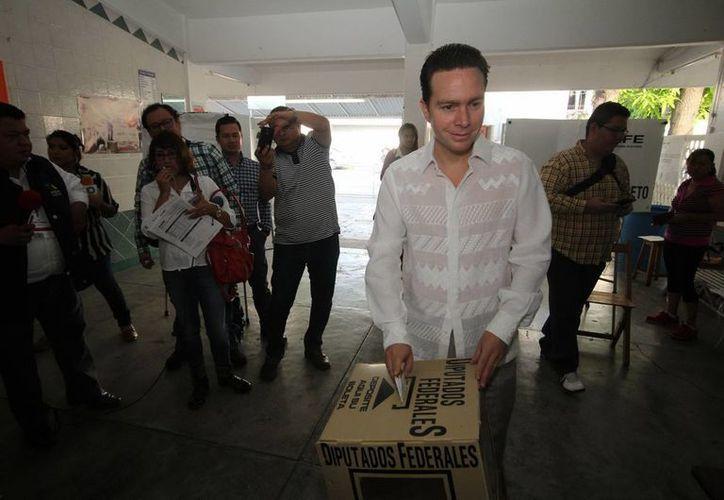 En la foto, al momento de sufragar, el gobernador de Chiapas, Manuel Velasco. En el municipio de Ocosingo hubo 15 arrestos por quema de casillas. (Notimex)