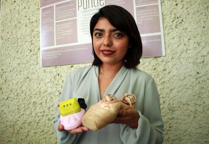 Mariana Palma Carrillo con el dispositivo de su creación. (Milenio Novedades)