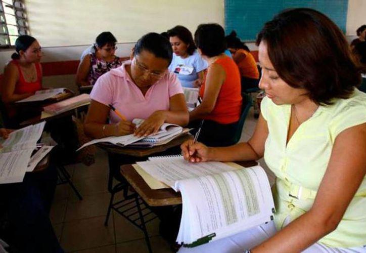 Más de cuatro mil docentes presentaron el examen con miras a obtener una plaza magisterial. (SIPSE)