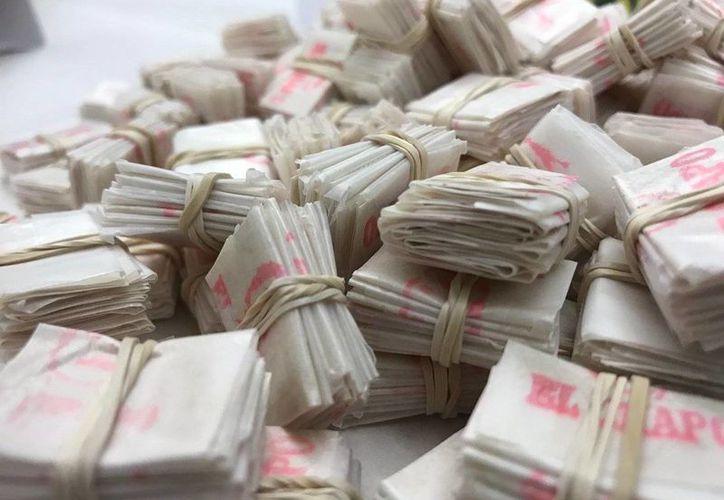Los paquetes de la heroína decomisada en Hernando, Florida, tenían imporeso el rostro de El Chapo Guzmán y de Donald Trump. (Youtube/@WFLA News Channel 8)