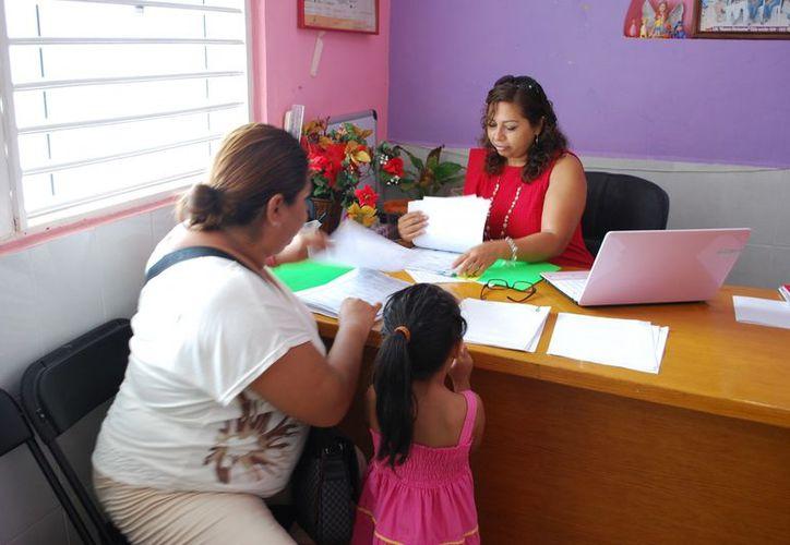 Desde muy temprano los padres o tutores empezaron con la entrega de los requisitos. (Tomás Álvarez/SIPSE)