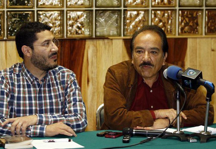 """Martí Batres junto con Jesús Martín del Campo, en  conferencia de prensa sobre """"Amparos de la Reforma a la Ley Laboral"""". (Notimex)"""