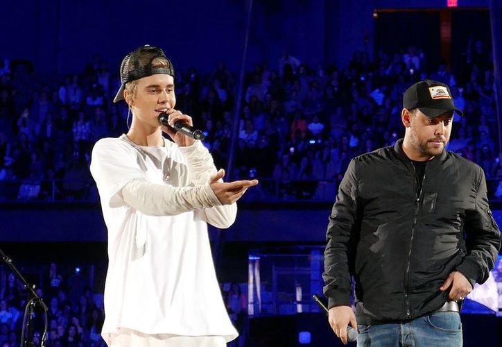 Aunque el demandante señala que Bieber 'es un buen chico', pide indemnización por los daños que sufrió. (Wikipedia)