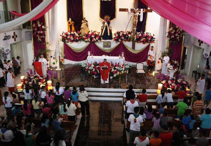 Miles de feligreses llenaron las iglesias de Playa del Carmen ayer durante la celebración del Domingo de Ramos. (Octavio Martínez/SIPSE)