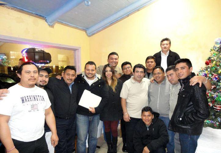 Muchas personas salen del Estado por cuestiones de trabajo o por estudios. Imagen de un grupo de yucatecos que viven en el extranjero. (Milenio Novedades)
