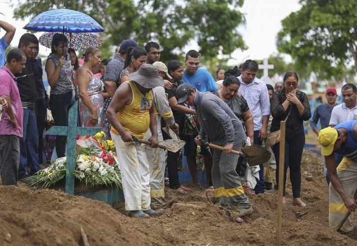 Parientes asisten al entierro de un preso muerto en un motín carcelario en el cementerio Parque Teruma en Manaus, Brasil. (AP Foto/Michael Dantas)