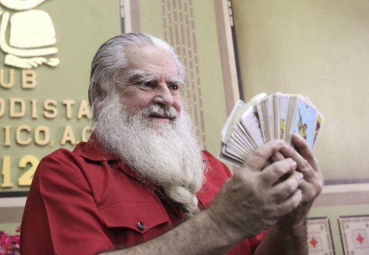 Antonio Vázquez Alba, quien se hace llamar <i>Brujo Mayor de México</i>, muestra sus cartas y emite profecías sobre el Mundial de Brasil. (EFE/Archivo)
