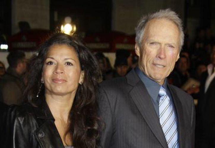 """El cineasta Clint Eastwood, con su todavía esposa Dina, en el estreno de """"Invictus"""" en Londres el 31 de enero de 2010. (Agencias)"""