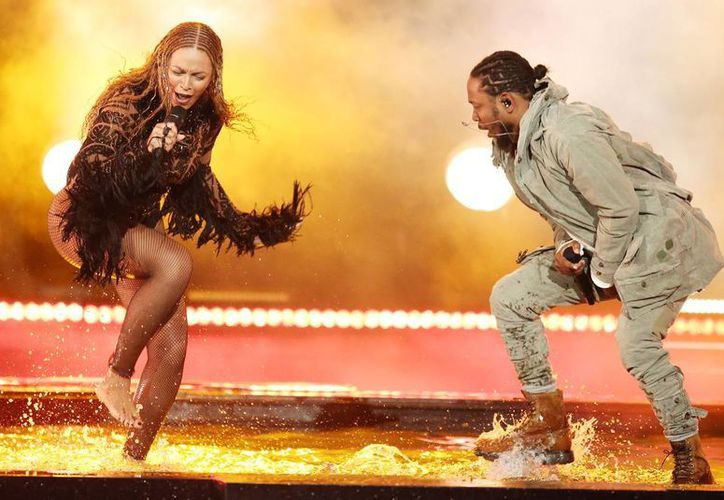 Beyoncé se lució en el escenario de los BET y fue la gran ganadora. En la imagen, durante su actuación con el rapero Kendrick Lamar. (Photo by Matt Sayles/Invision/AP)
