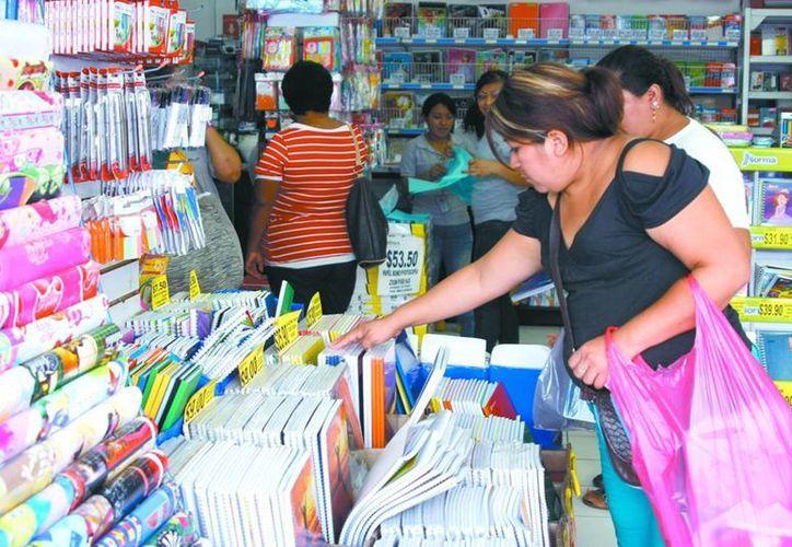 Las libretas son de los útiles escolares con mayor demanda por los padres previsores. (José Acosta/SIPSE)