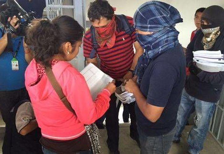 Los aspirantes a capacitadores del INE y los maestros disidentes del Ceteg estuvieron muy cerca de enfrentarse en Chilpancingo, Guerrero. (Milenio)