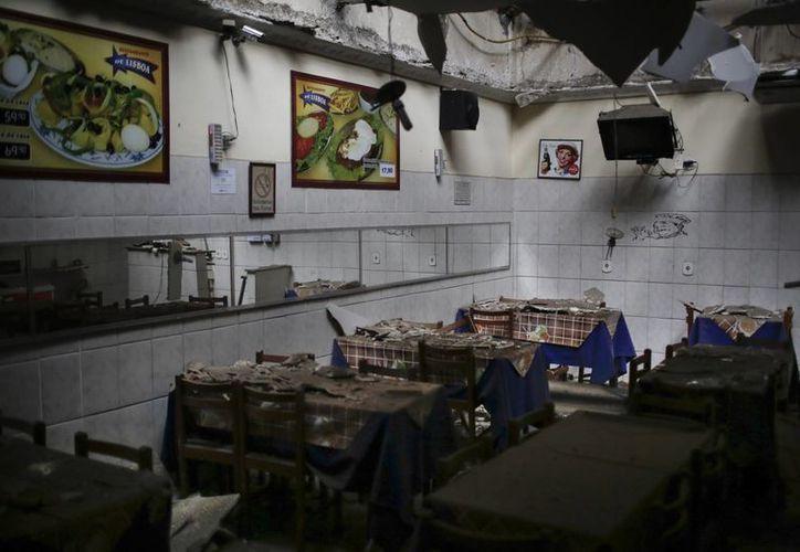 El interior de un restaurante dañado por una explosión en Río de Janeiro. (Agencias)