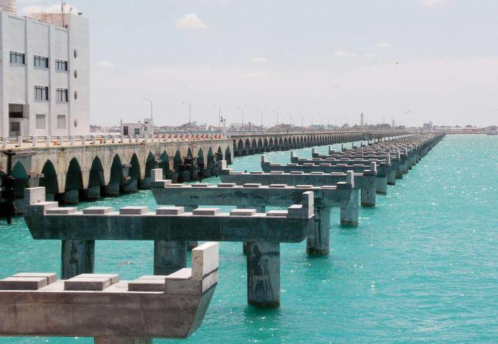 Durante la plática se explicó que la cimentación de la estructura fue diseñada para soportar cargas de tráiler de 75 toneladas en cada carril. Imagen de la construcción del Viaducto Alterno. (Milenio Novedades)