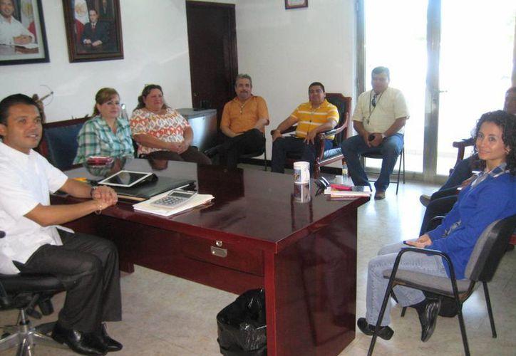 El alcalde deseó suerte a los ex funcionarios en su próxima encomienda. (Lanrry Parra/SIPSE)