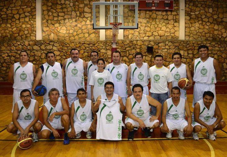 La oficialía mayor entrega uniformes a basquetbolistas del sindicato. (Redacción/SIPSE)