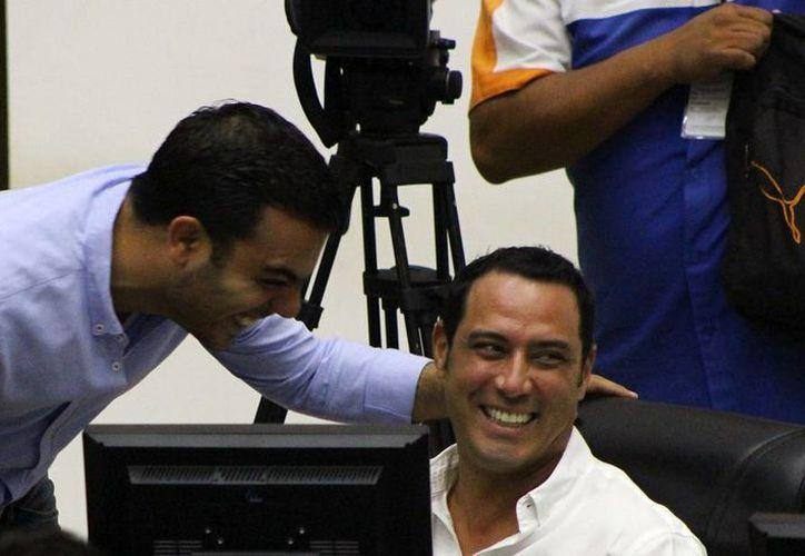 Diputados de Yucatán están contentos porque se van de descanso... a su casa, luego de cerrar el tercer periodo ordinario de sesiones en el Congreso del Estado. (SIPSE)