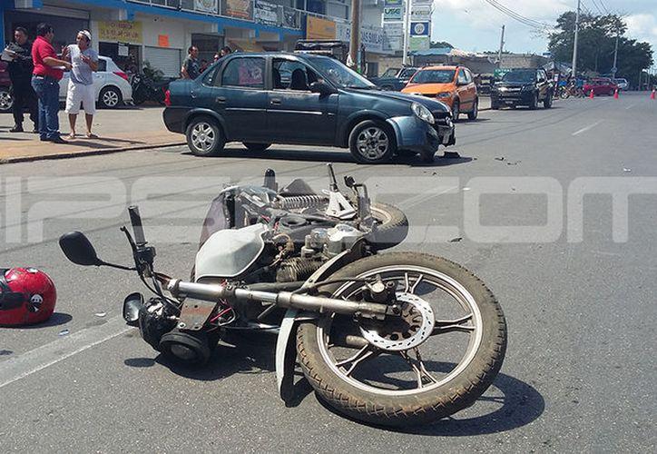 La motocicleta que transportaba a la familia accidentada. (Aldo Pallota/SIPSE)