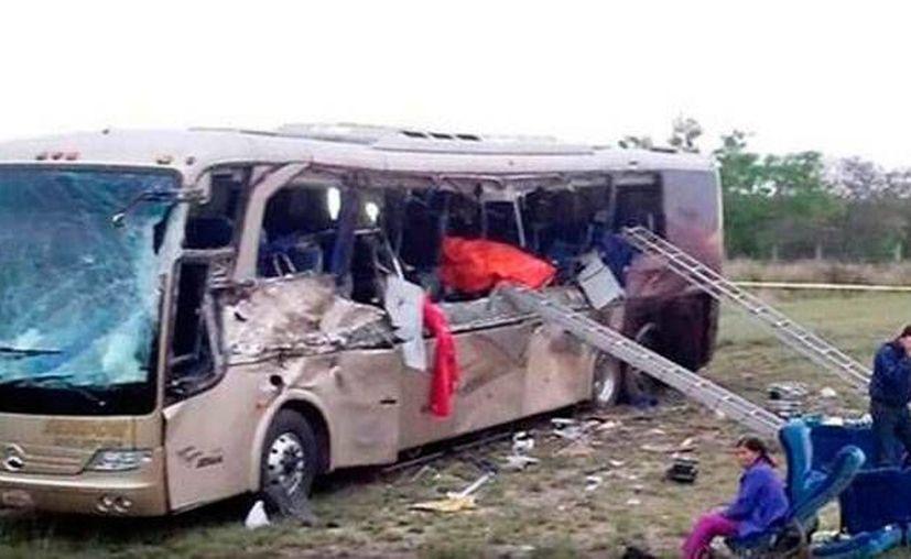 Un tráiler chocó contra un autobús de pasajeros en la vía Monterrey-Laredo y al menos seis personas murieron. Se desconoce el número de pasajeros que viabajan en al autobús (foto). (Twitter: @DiarioCohauila )