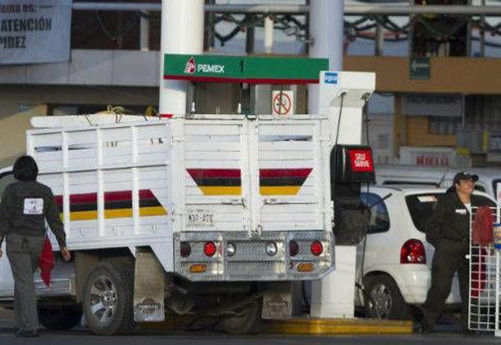 Con estos cambios, la gasolina Magna costará 13.16 pesos por litro, La Premium costará 13.98 pesos, mientras que el diésel tendrá un costo de 13.77 pesos. (Notimex)