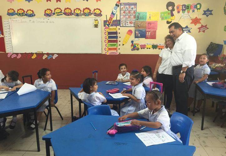 En su primera actividad como titular de la Secretaría de Educación (Segey), Víctor Caballero Durán, puso en marcha el Programa de Inglés en Educación Básica de Yucatán. (SIPSE)