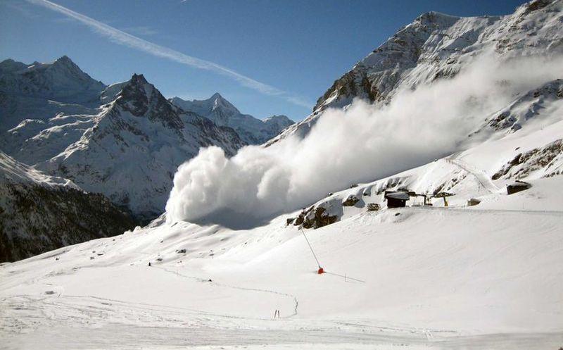 Mueren cinco excursionistas al caer de montaña en Canadá