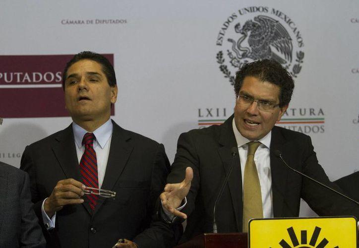 Armando Ríos Piter (der), dijo que el PRD no está tomando cartas en el asunto real que vive Guerrero. (Archivo/Notimex)