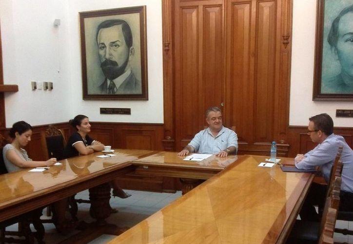 Aspecto de la reunión entre funcionarios diplomáticos de EU y el jefe del Despacho del Gobernador, Eric Rubio Barthell. (Milenio Novedades)