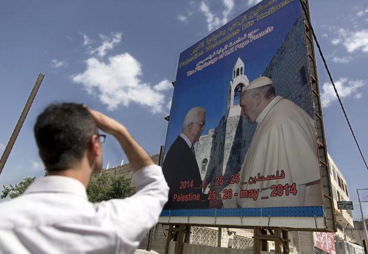 """Un hombre observa un cartel que da la bienvenida al Papa Francisco al """"Estado de Palestina"""" en la ciudad cisjordana de Belén, este miércoles 21 de mayo. (EFE)"""