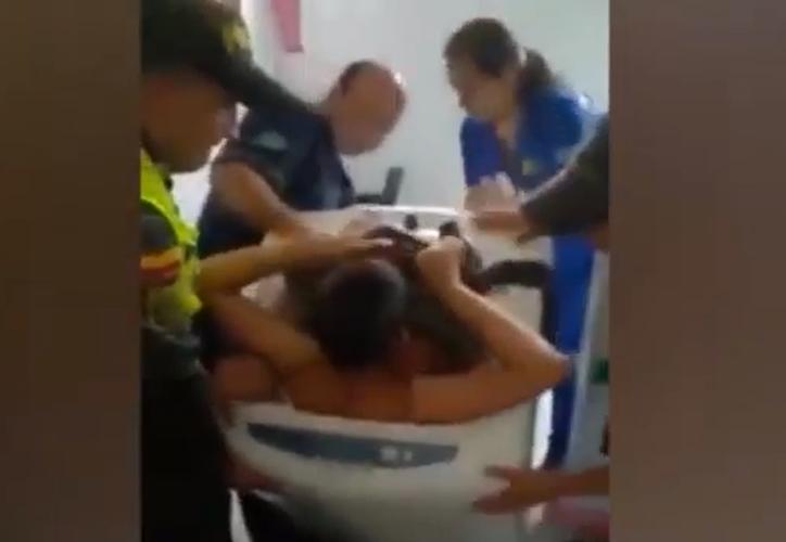 Bomberos de Colombia ingresaron por la ventana para poder auxiliar al menor de edad. (Foto: Captura/YouTube)