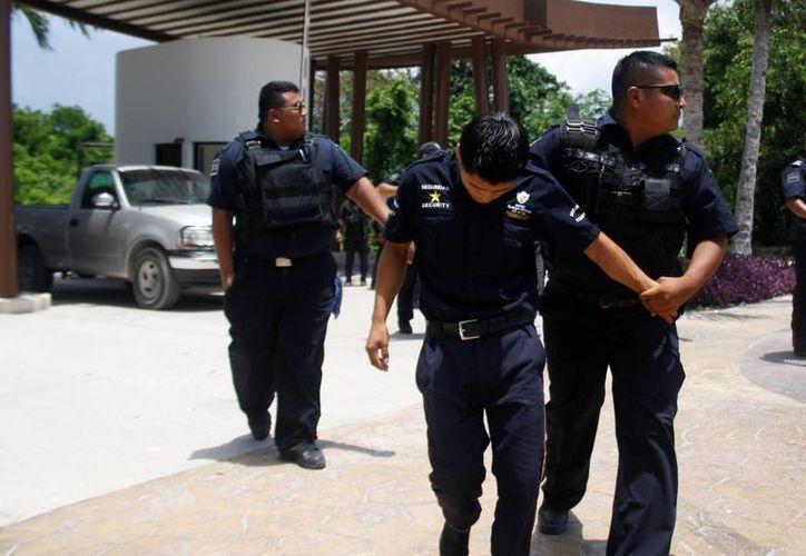 Tres empleados de seguridad del hotel Grand Coral fueron detenidos por entorpecer las labores de los verificadores del Ayuntamiento.  (Octavio Martínez/SIPSE)