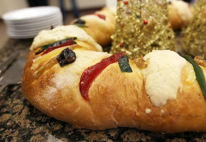 Por la Epifanía, las familias acostumbran cortar la rosca de Reyes. (Milenio Novedades)