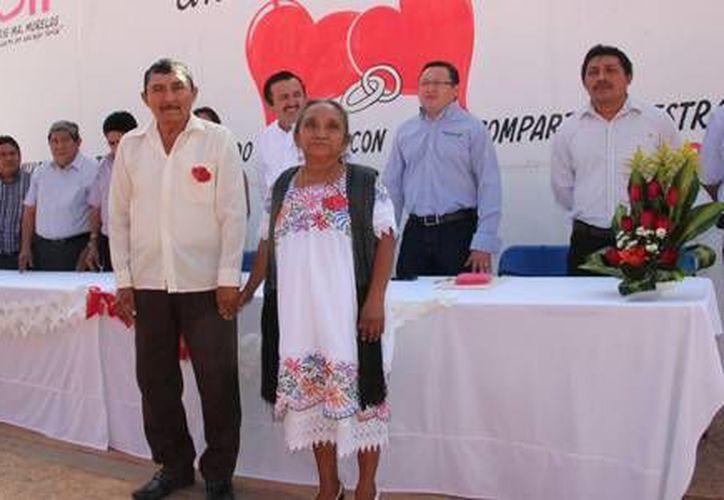 Sorprendió la pareja conformada por la señora, Anastasia Yamá de 60 años y Ricardo Ek Uc de 63 años de edad, quienes contrajeron nupcias por segunda ocasión. (Redacción/SIPSE)