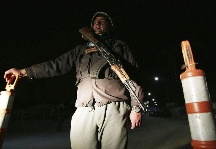 Miembros de la policía afgana vigilan las inmediaciones del lujoso hotel Serena de Kabul, sede de una matanza. (EFE)