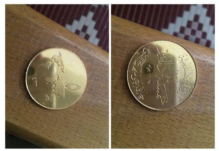 Fotografías difundidas por internet por el grupo terrorista Estado Islámico (EI), y cuya autenticidad no pudo ser comprobada, de las monedas de oro que supuestamente ha acuñado en los territorios que domina en Irak y Siria. (EFE)