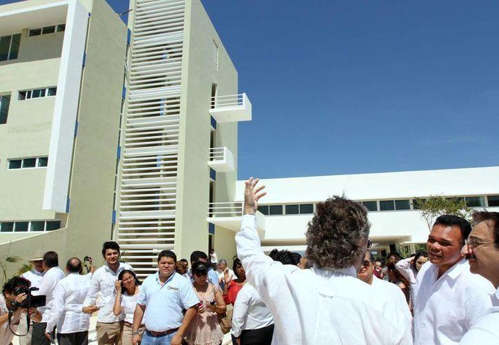 Zapata bello recorrió las instalaciones de las facultades de Psicología, Economía y Derecho, albergadas en el campus de la Uady. (Cortesía)