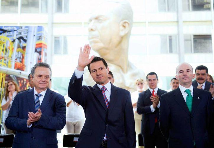 El presidente Peña Nieto acompañado del Secretario de Energía, Pedro Joaquín Coldwell (izq) y el director de Pemex, José Antonio González Anaya. (Facebook Presidencia de la República)
