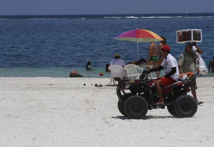 Retiran el exceso del sargazo de las playas de Puerto Morelos. (Tomás Álvarez/SIPSE)