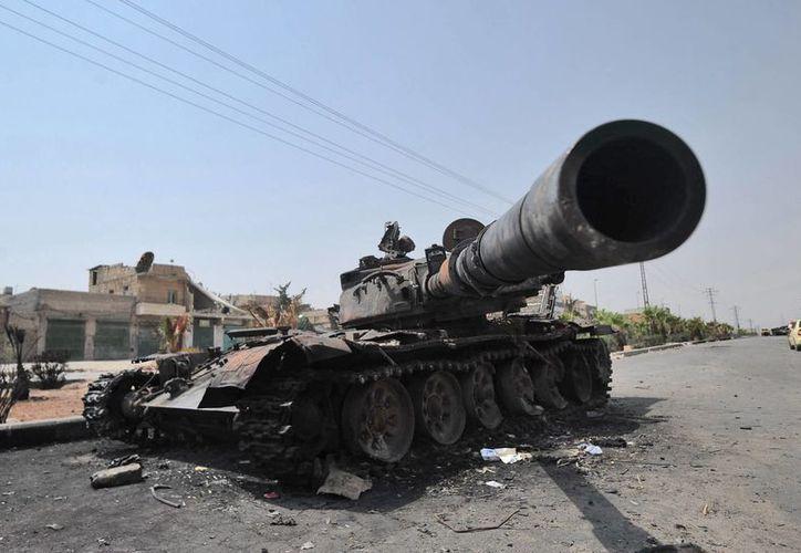 La Guerra Civil en Siria ha cobrado más de 100 mil vidas. En la foto, un tanque destruido del Ejército sirio en una calle de Alepo  (EFE/Archivo)