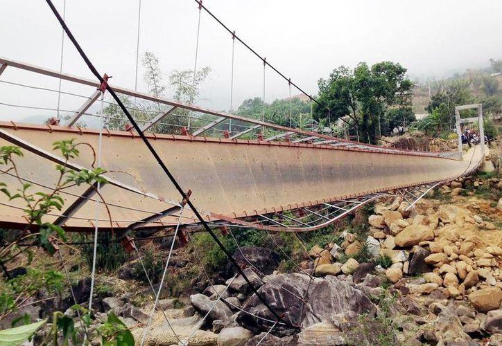 Vista del puente colgante que se ha hundido parcialmente, en el distrito de Tam Doung, en la provincia de Lai Chau, Vietnam. (EFE)