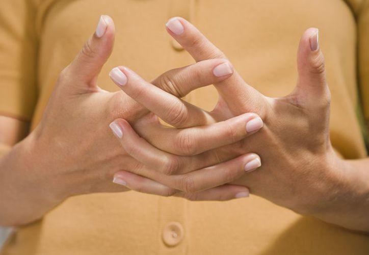 Tronarse los dedos con frecuencia deja una debilidad muscular y una inflamación y dolor en la articulación. (Foto: Contexto/Internet)