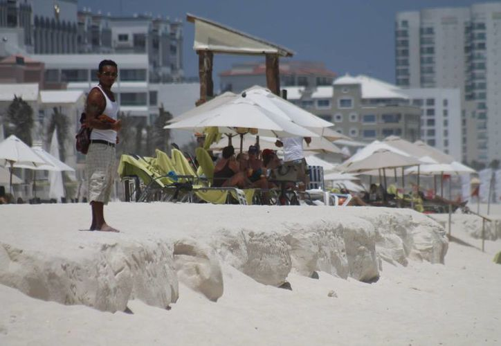 En caso de un fenómeno atmosférico se necesitaría alrededor de 50 millones de pesos para trabajos del relleno de la zona litoral de Cancún. (Jesús Tijerina/SIPSE)