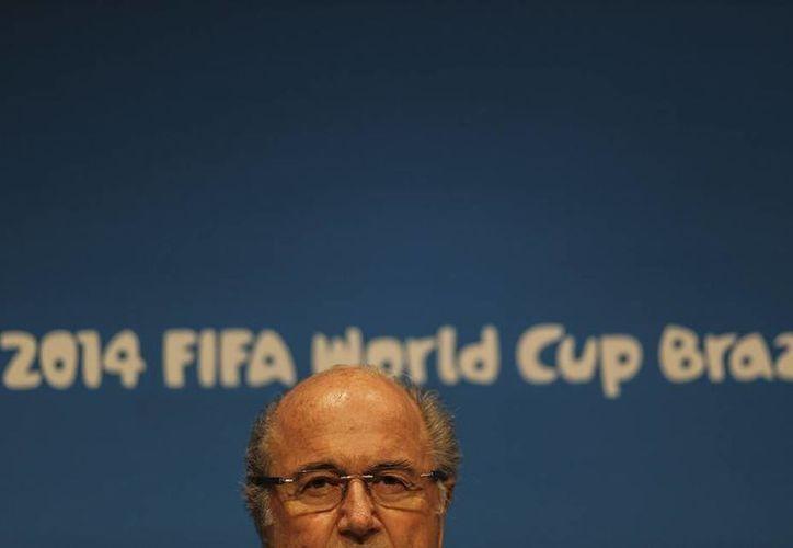 """Joseph Blatter, presidente de la FIFA, indicó que cubrirán los costos """"de cualquier daño que sufra el terreno"""" del estadio de Liberia usado como unidad médica. (EFE/Archivo)"""