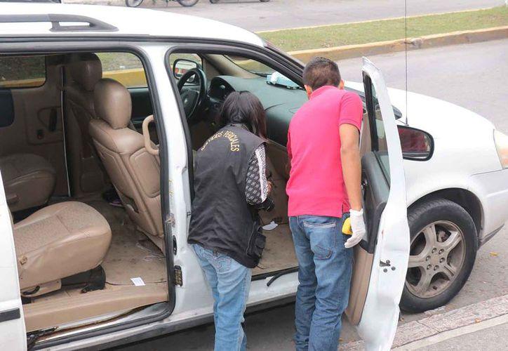El carro de María López Castillo fue dañado por  los delincuentes. (Foto: Gustavo Vilegas)
