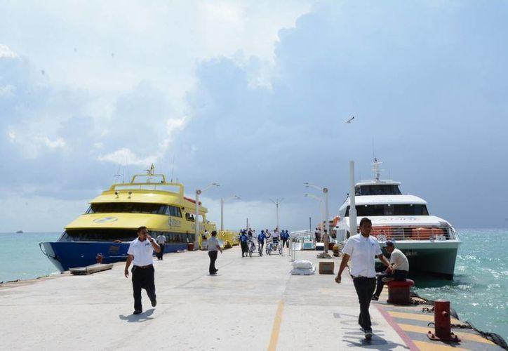 El mal tiempo y las fuertes olas complican el atraque de las embarcaciones en el muelle fiscal. (Adrián Barreto/SIPSE)