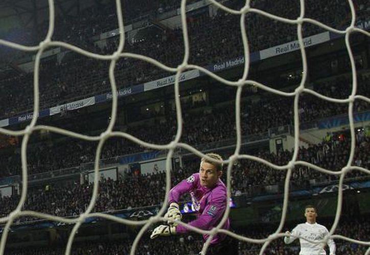 El portero francés Simon Mignolet fue por mucho el mejor jugador del Liverpool. En esta foto evita un gol a disparo de Cristiano Ronaldo. (Foto: AP)