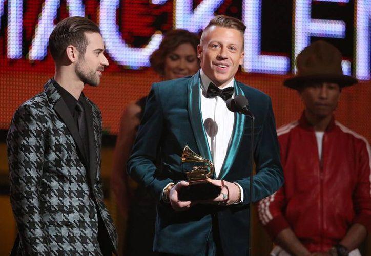 Los raperos Macklemore & Ryan Lewis agradecen uno de los varios premios que han recibido este domingo en la ceremonia del Grammy. (Agencias)