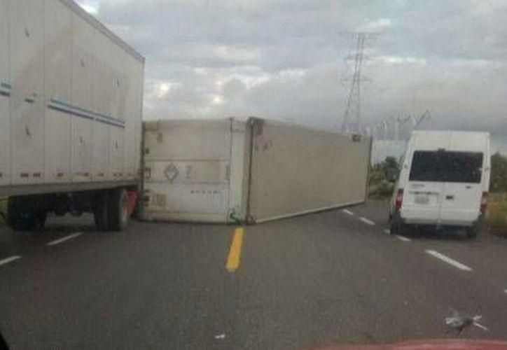 La volcadura de los tráileres provocó que 30 vehículos quedaran varados entre pipas y camiones de doble cabina. (Óscar Rodríguez/Milenio)