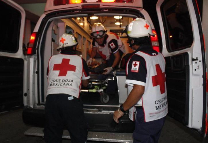 Las tres personas fueron trasladadas al Hospital General de Cancún. (Redacción/SIPSE)
